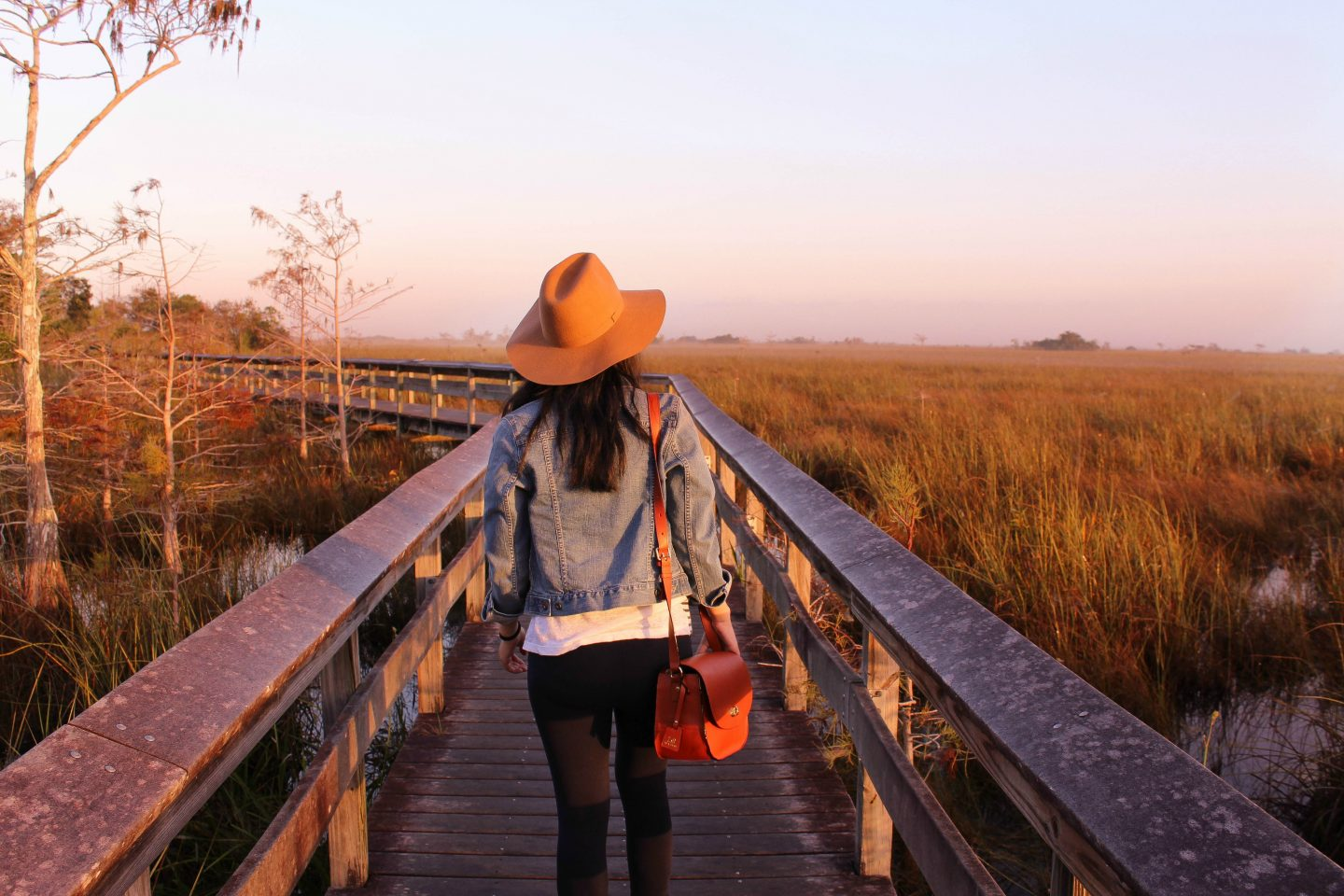 how to stay safe when traveling alone